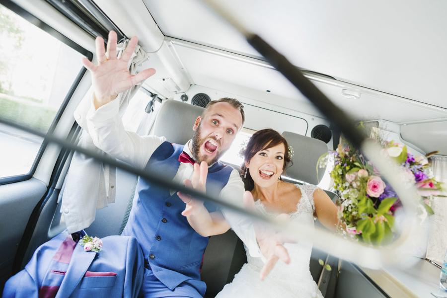 verspieltes Brautpaarfoto