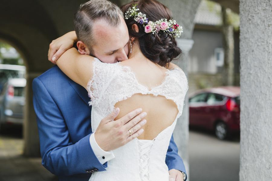 umarmendes Brautpaar