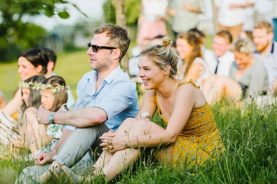 Hochzeitsgäste Lachen