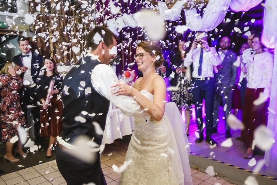 Hochzeitstanz mit Konfetti